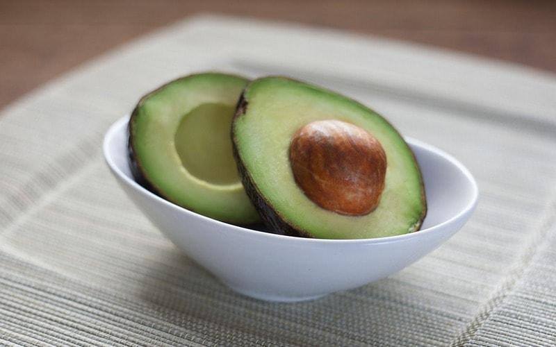 Kak_edyat_avokado_Как едят авокадо