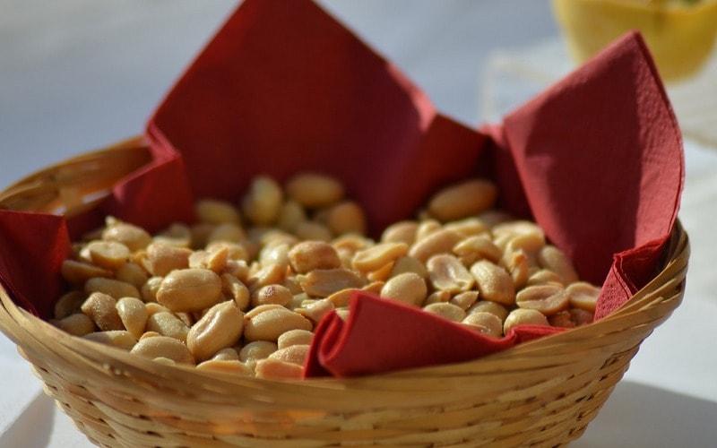Kak_est_oreshki_po_etiketu_Как есть орешки по этикету