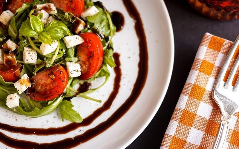 Kak_est_salat_po_etiketu_Как есть салат по этикету