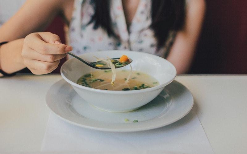 Kak_est_soup_po_etiketu_Как есть суп по этикету