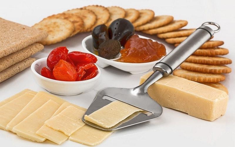 Kak_est_syr_po_etiketu_Как есть сыр по этикету