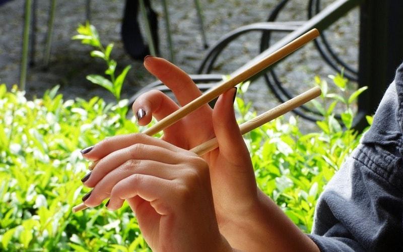 Kak_derzhat_palochki_dlya_sushi_Как держать палочки для суши 1
