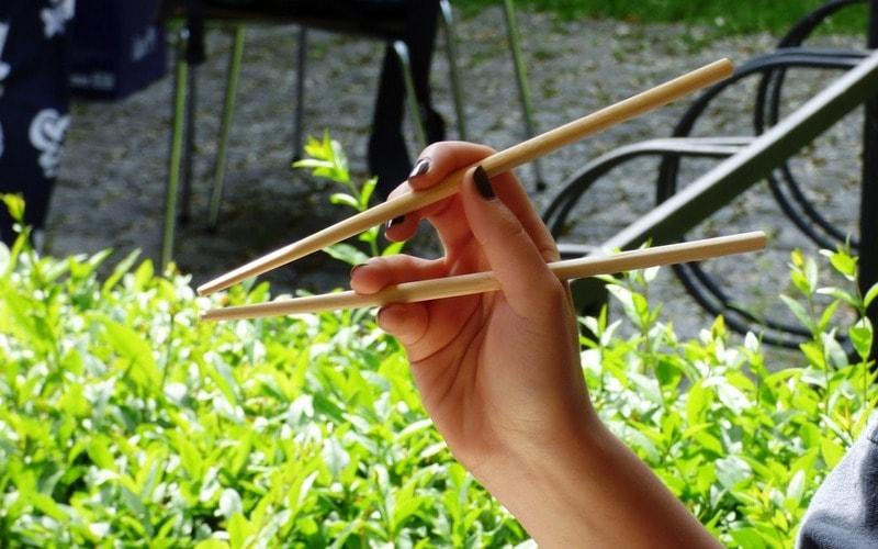 Kak_derzhat_palochki_dlya_sushi_Как держать палочки для суши 3