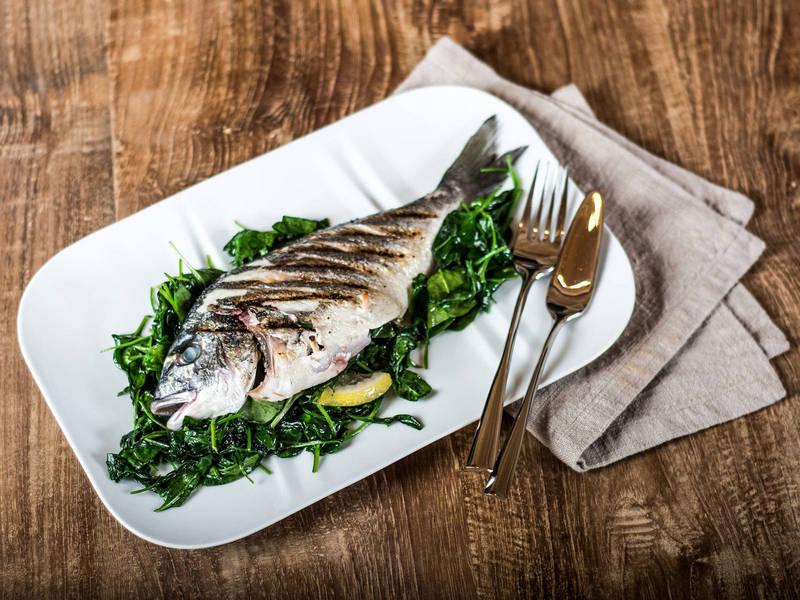 Kak_est_zapechennuyu_rybu_po_etiketu_Как есть запеченую рыбу по этикету