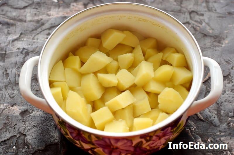 Сливаем воду с кастрюли с картошкой