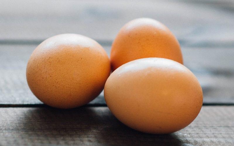 Можно ли жарить разбитые яйца