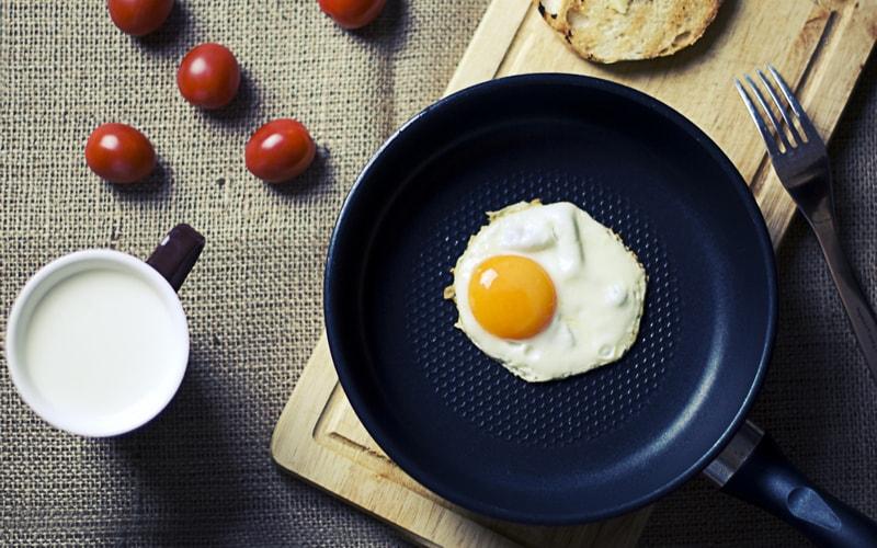 Как пожарить яйцо на сковороде