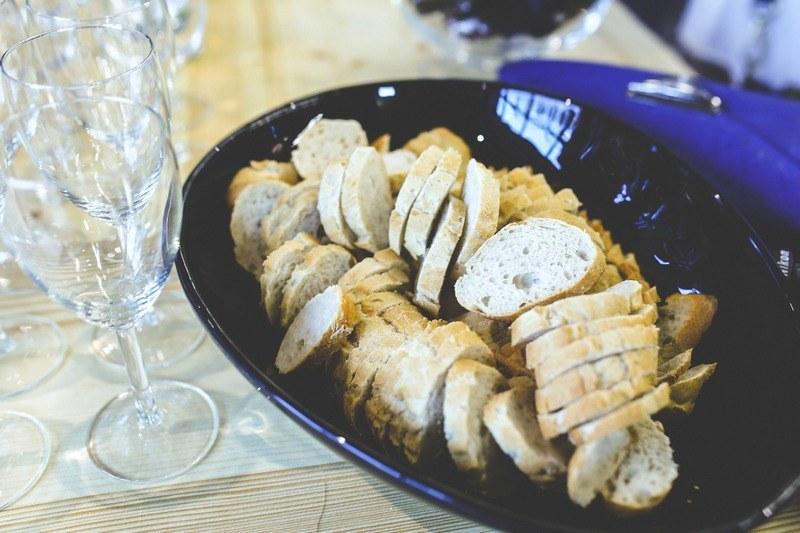 Нарезанный хлеб в тарелке