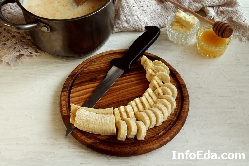 Нарезаем банан кольцами