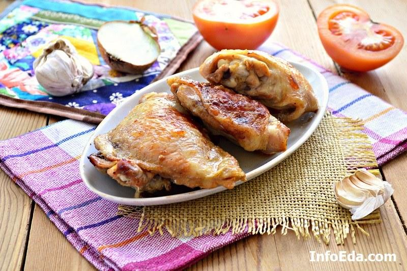 Готовые запеченные куриные бедра в духовке