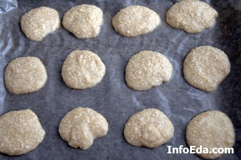 Форма печенья из кунжута перед запеканием