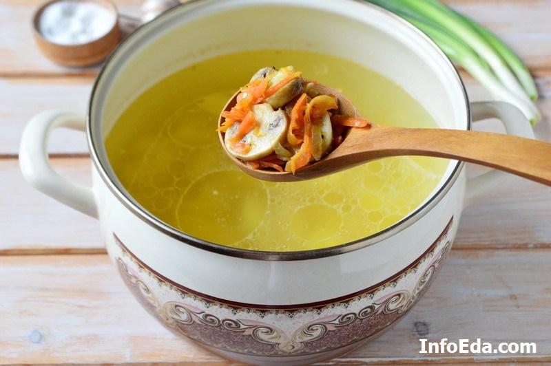 Грибной суп из шампиньонов добавляем зажарку