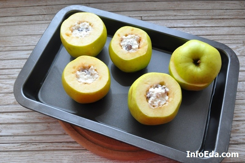 Печеные яблоки с творогом на противне