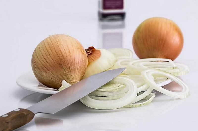Как жарить лук на сковороде