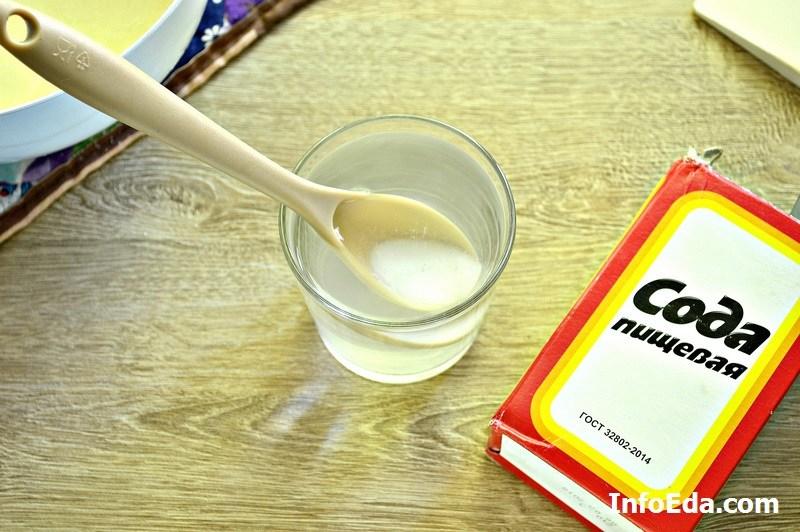 Смешиваем соду с кипятком в стакане
