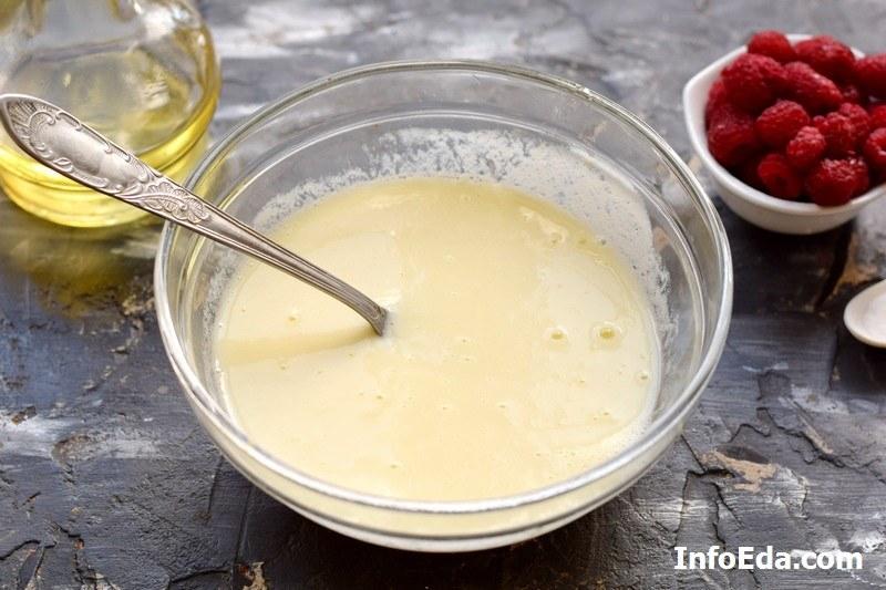 Пышные оладьи на йогурте смешиваем ингредиенты