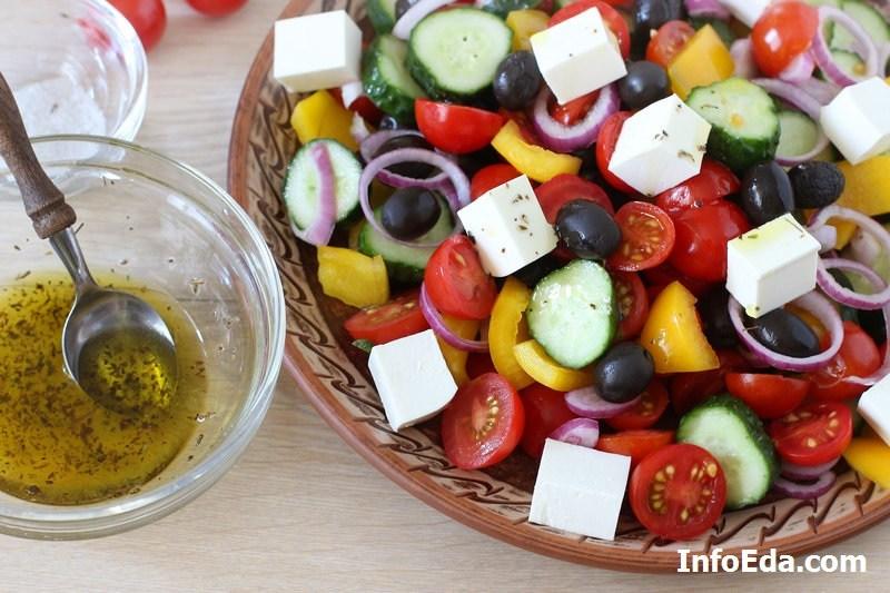 Греческий салат - добавляем заправку