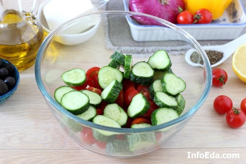 Греческий салат - огурцы