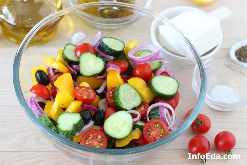 Греческий салат - перемешиваем салат