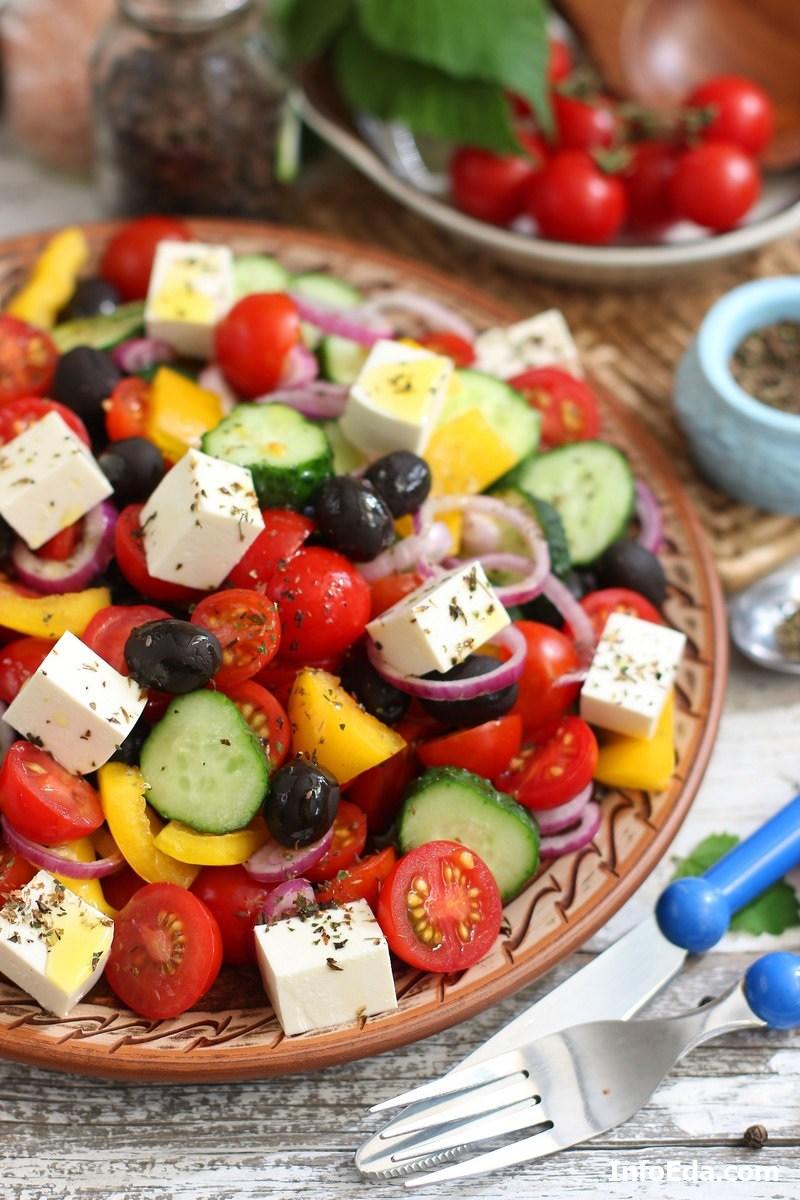 Фото - классический греческий салат с фетой