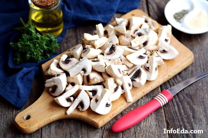 Шампиньоны жареные с луком - нарезаем грибы