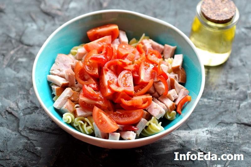 Салат с макаронами и ветчиной - помидоры и перец