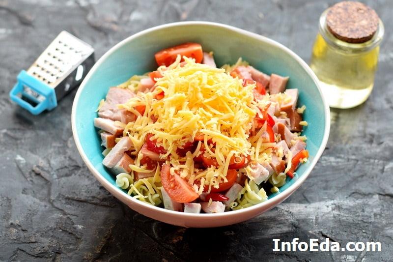 Салат с макаронами и ветчиной - сыр