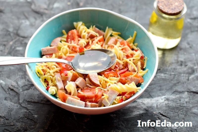Салат с макаронами и ветчиной - оливковое масло