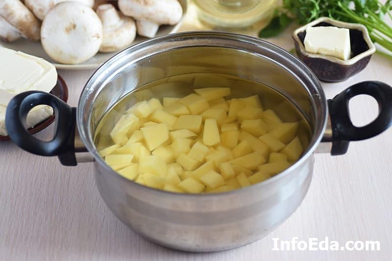 Сырный суп с грибами - варим картошку