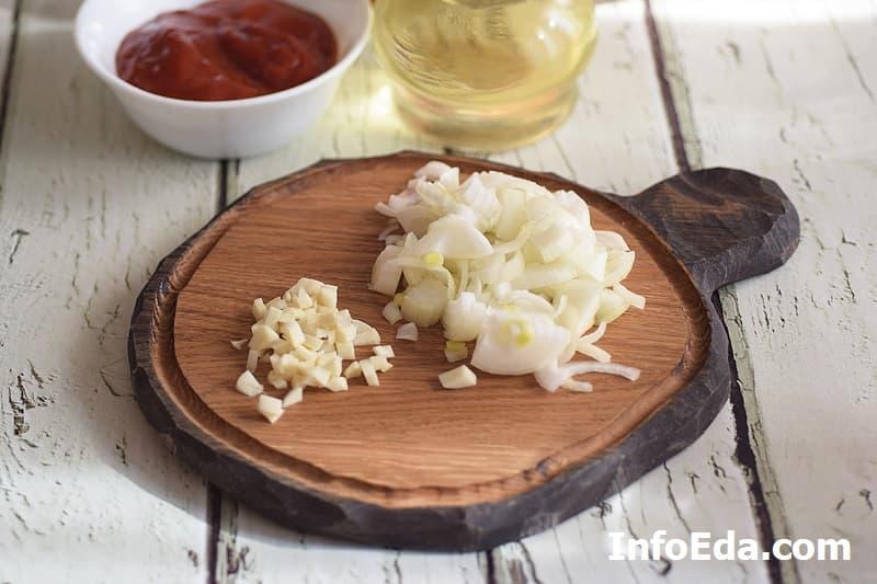 Макароны по-флотски - нарезаем лук и чеснок