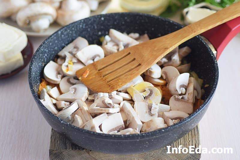 Сырный суп с грибами - обжарка грибов