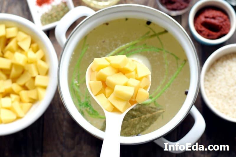 Суп харчо - картофель в бульоне