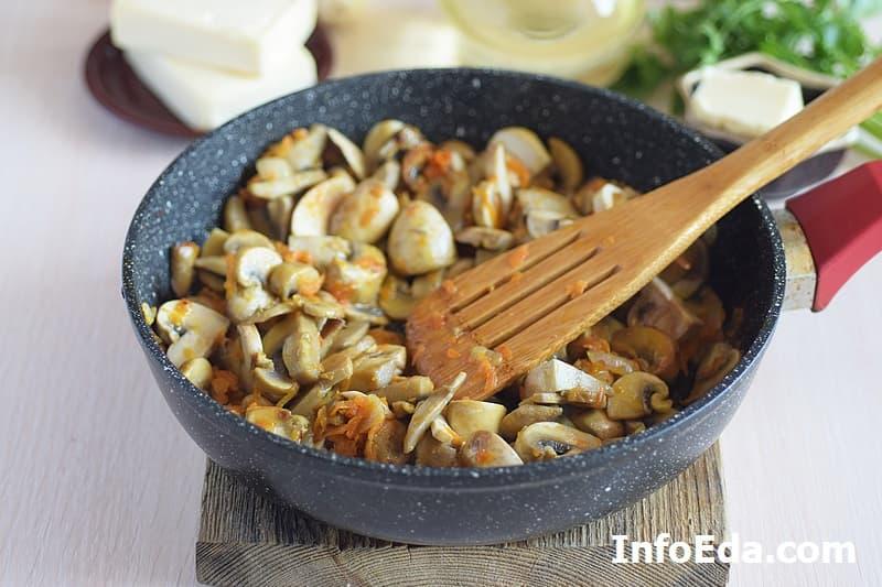 Сырный суп с грибами - зажарка с грибами