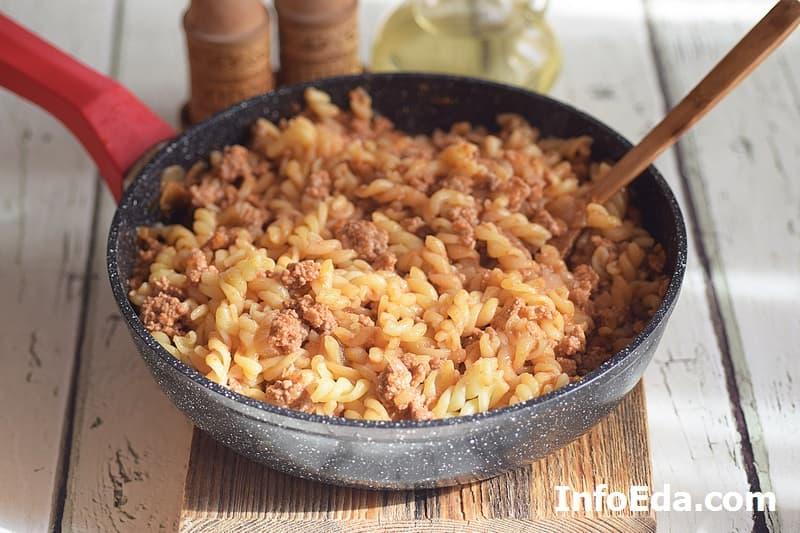 Макароны по-флотски - готовое блюдо в сковороде