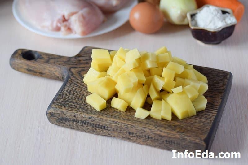Суп с куриными фрикадельками - нарезанный картофель