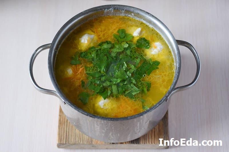 Суп с куриными фрикадельками - добавляем зелень в суп