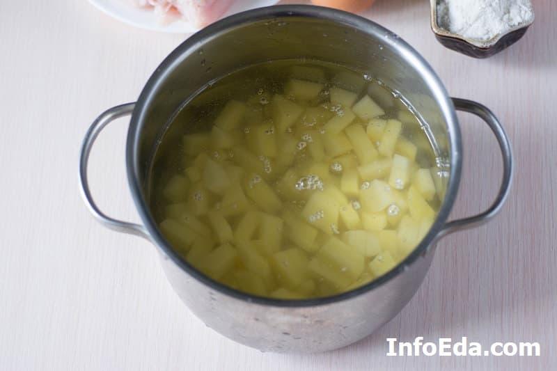 Суп с куриными фрикадельками - кастрюля с картошкой