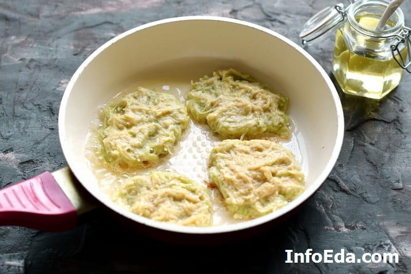 Оладьи с кабачком и картофелем - жарим оладьи на сковороде