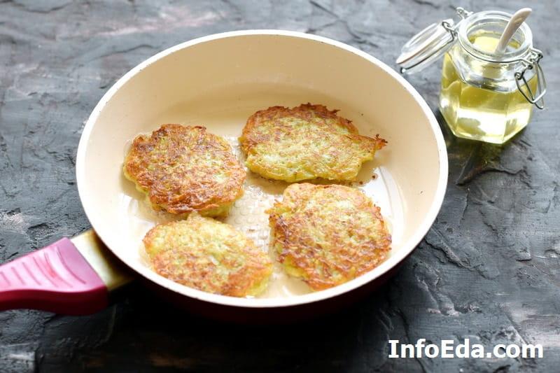 Оладьи с кабачком и картофелем - обжарка оладий с двух сторон