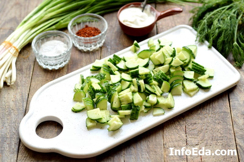 Салат из редиски и огурцов - нарезаем огурцы