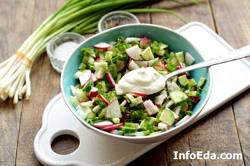 Салат из редиски и огурцов - добавляем сметану в салат
