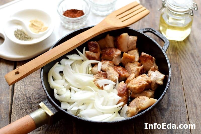 Жареная свинина с луком - добавляем лук в сковороду