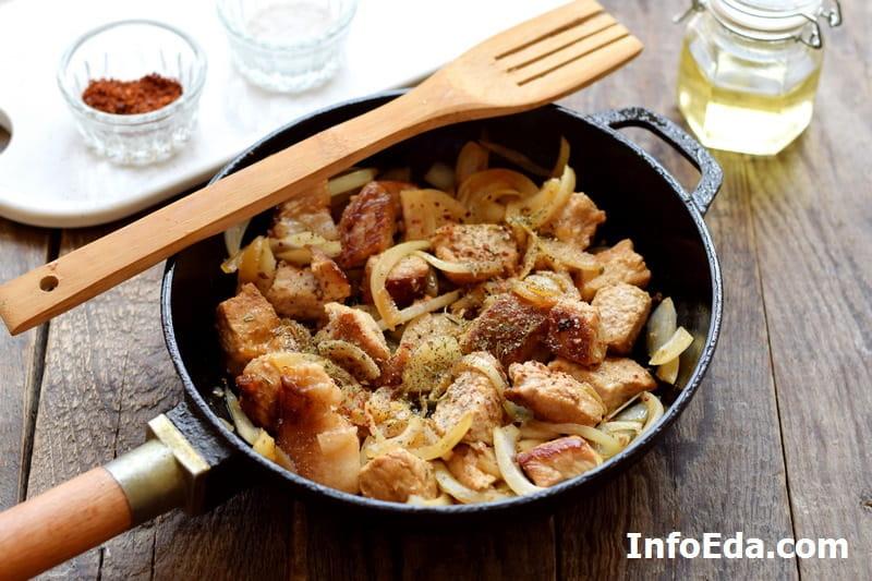 Жареная свинина с луком - добавляем специи