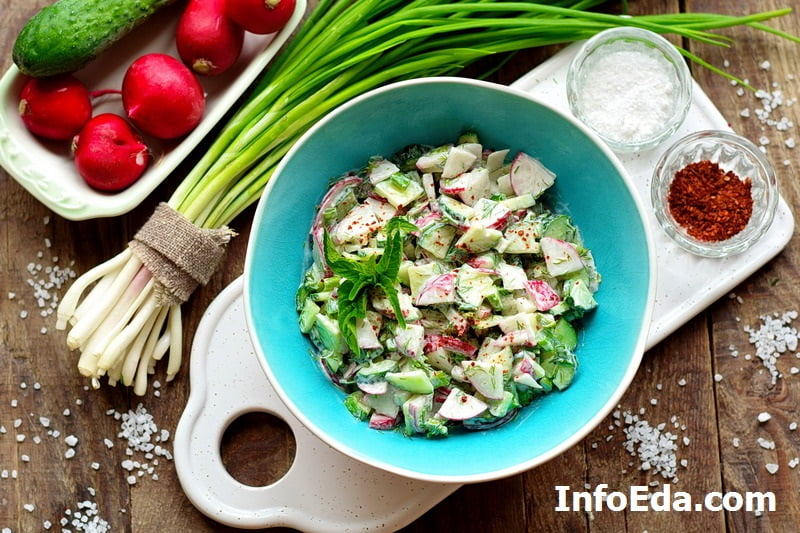 Салат из редиски и огурцов со сметаной