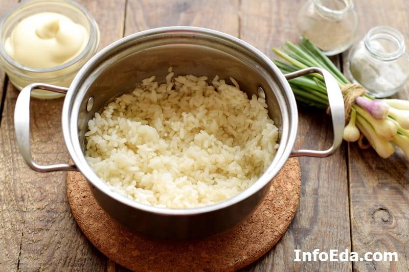 Крабовый салат - сваренный рис
