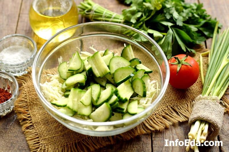 Салат из капусты, огурцов и помидоров - нарезанные свежие огурцы