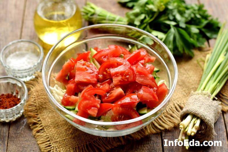 Салат из капусты, огурцов и помидоров - нарезанные свежие помидоры