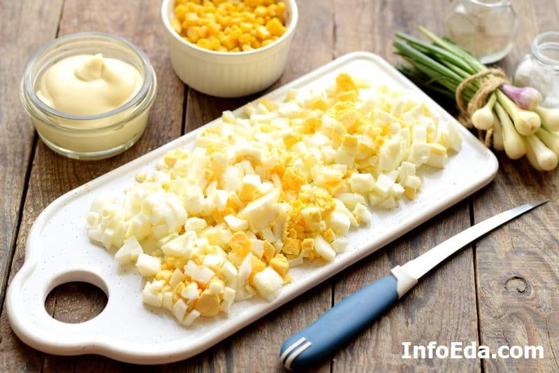 Крабовый салат - нарезанные вареные яйца