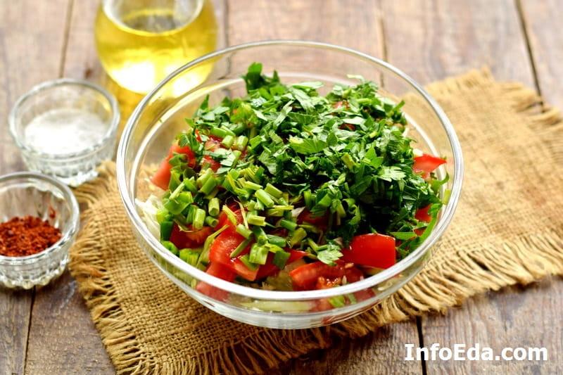 Салат из капусты, огурцов и помидоров - нарезанная свежая зелень