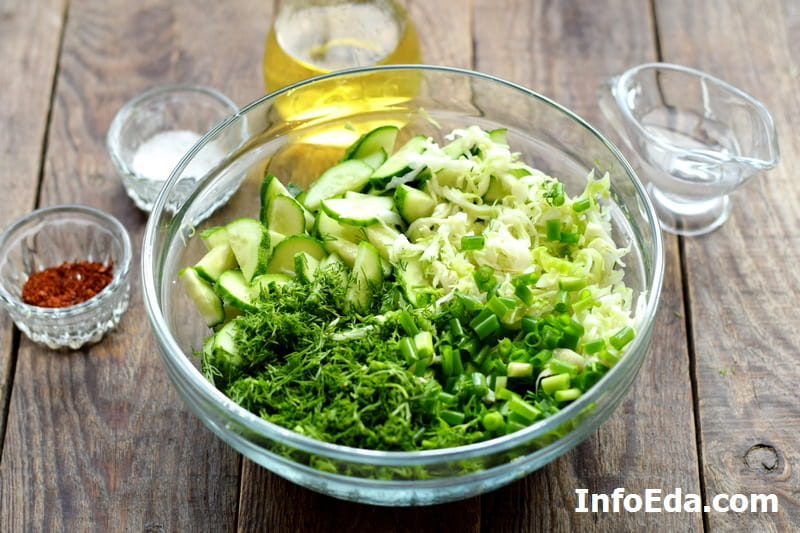 Салат из капусты и огурцов - ингредиенты в салатнике